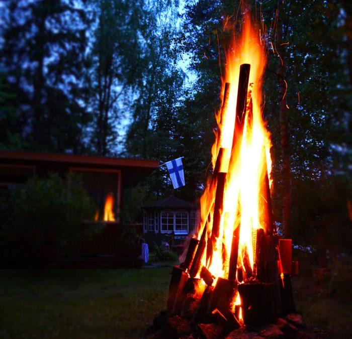 夏至祭の大きな炎と小さな光